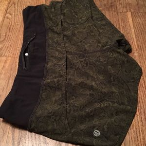 Lululemon speed shorts green olive paisley blk 6